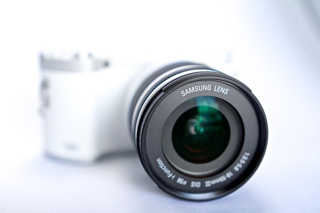 http://thedigitalstory.com/2013/09/17/samsung-nx300-lens-front.jpg